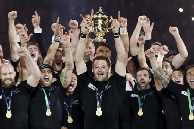 10月31日、ラグビーのW杯イングランド大会決勝、「オールブラックス」ことニュージーランドがオーストラリアを34─17で下し、W杯史上初の2連覇を達成。同大会最多3回目の優勝を果たした(2015年 ロイター/Stefan Wermuth)